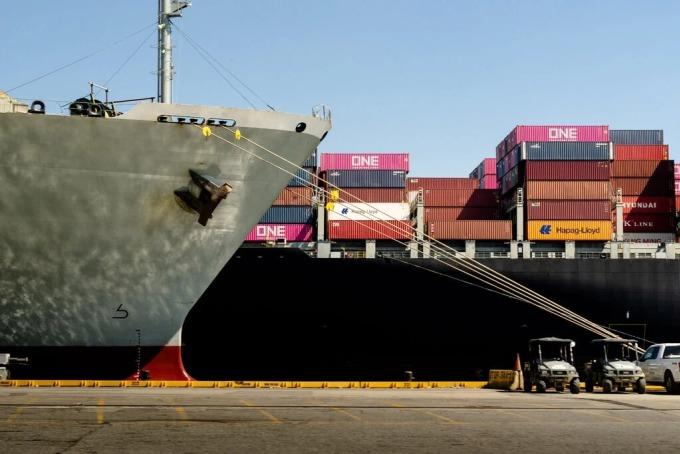 Một tàu hàng đang cập cảng Savannah. Ảnh: NYT