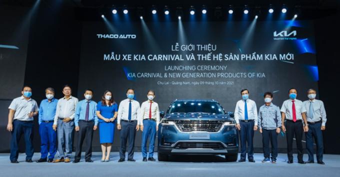 Các đại diện Thaco và mẫu xe Kia Carnival trong lễ ra mắt.