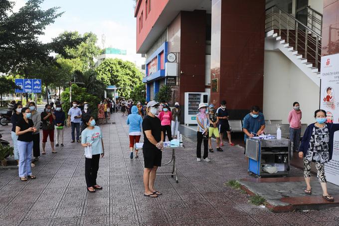 Người dân TP HCM đi mua sắm tại một siêu thị ở quận 3, ngày 11/7/2021. Ảnh: Quỳnh Trần